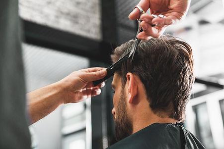 Uomo che ottiene un taglio di capelli