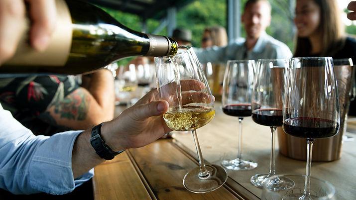 Het gieten van de wijn