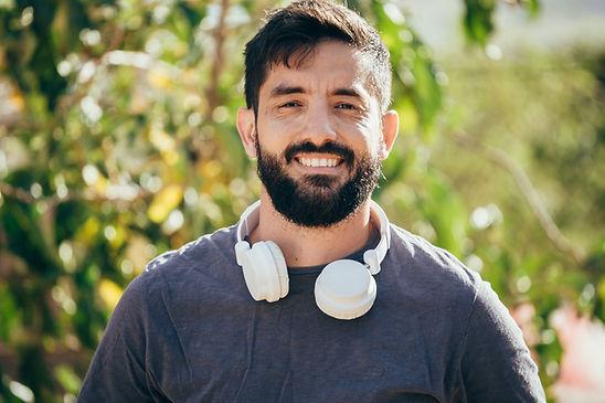 L'homme avec un casque audio