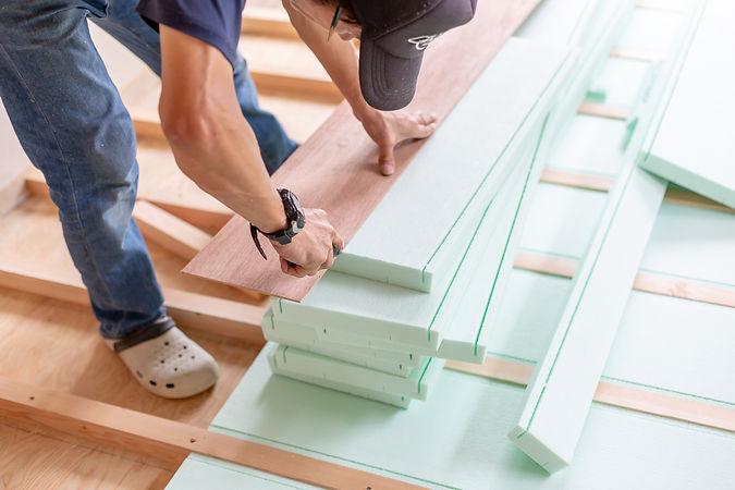 木材を測る男性