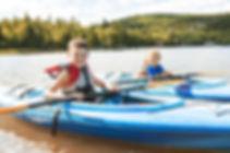 Enfants faisant du kayak sur la rivière