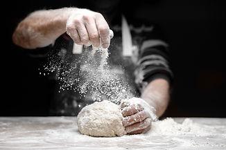 Boulanger préparant son pain