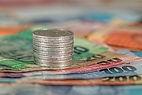 Rechnungen und Münzen