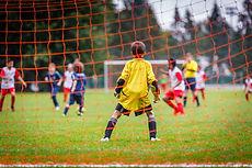 Kinder, die Fußball spielen