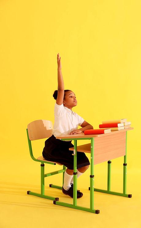 Девушка поднимает руку