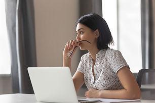 Frau am Schreibtisch - Berufliche Ziele erreichen