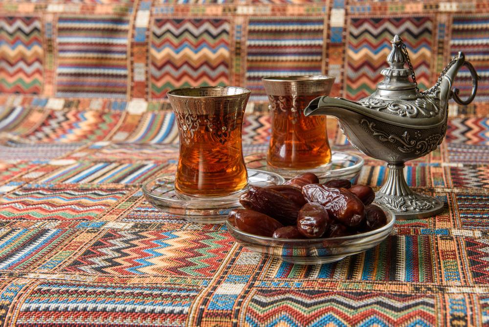 orientalischer Snack: Datteln und Tee