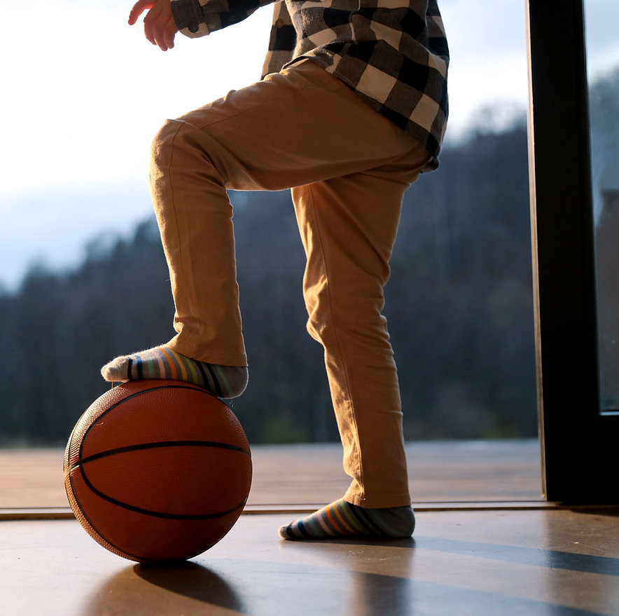 Kid met basketbal