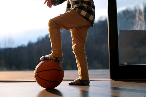 Kind mit Basketball