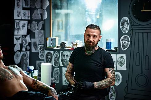Tatuażysta w salonie