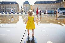 Petite fille marchant pieds nus dans la