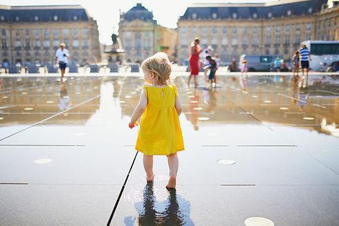 Mała dziewczynka w wielkim mieście