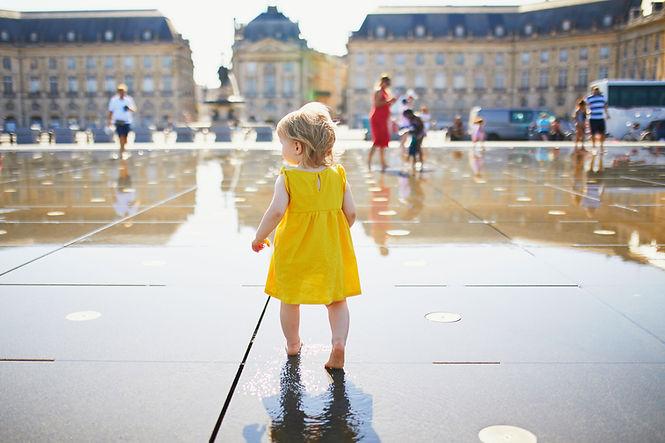 Kleines Mädchen in einer großen Stadt