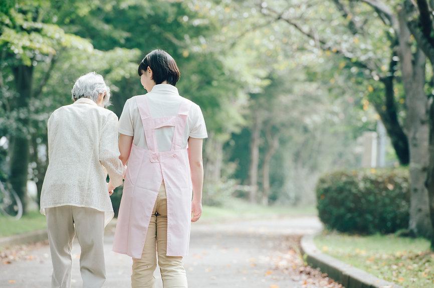 歩行訓練中のシニア女性と女性介護士