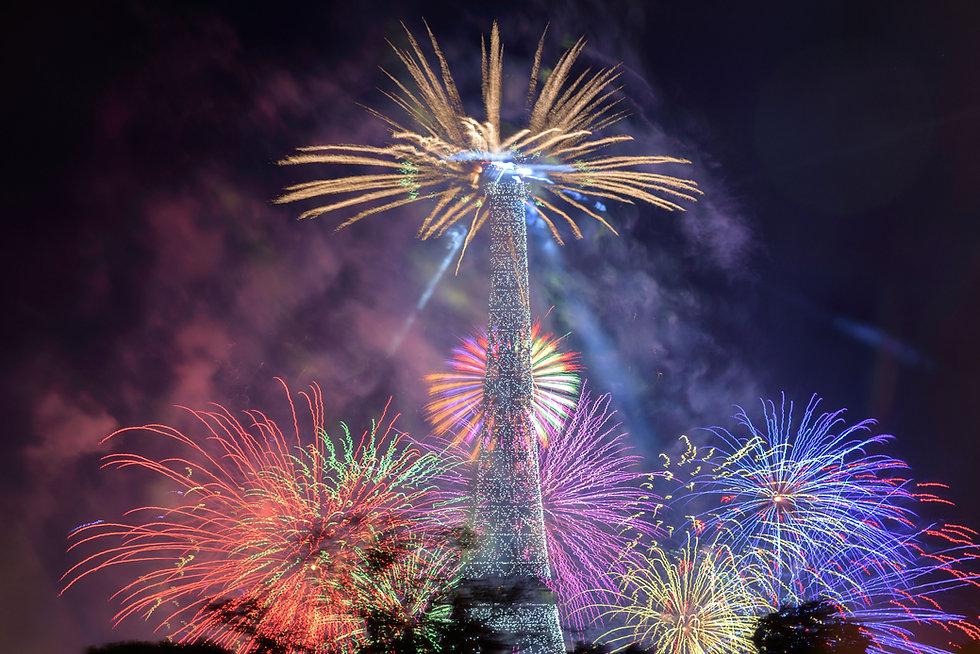 Feux d'artifice devant la tour Eiffel