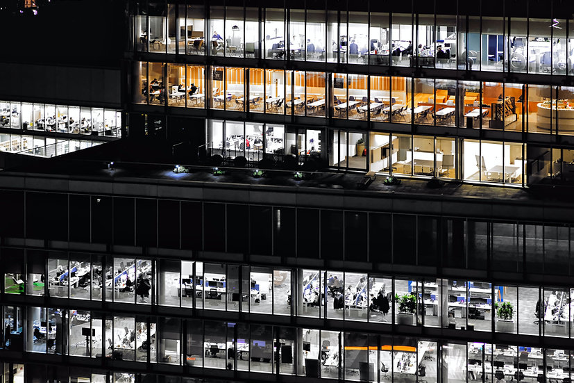 Bürogebäude bei Nacht