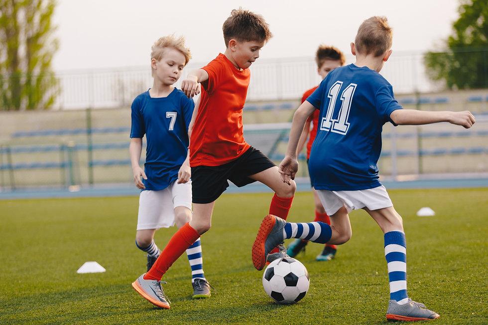Jogando futebol