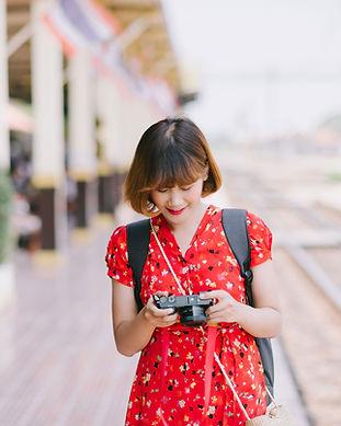 カメラをチェックする女性