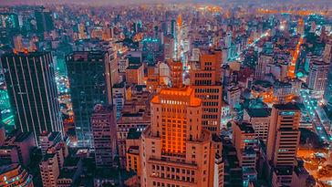 Centro urbano de noite