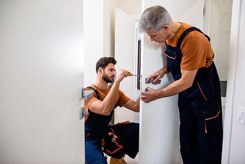 Des artisans sont entrain de faire des réparations dans un appartement