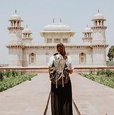 寺院とバックパッカー