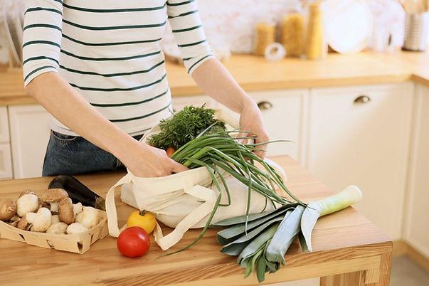 Mujer descargando comestibles