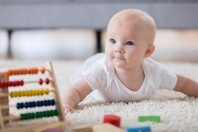Lindo bebé gateando