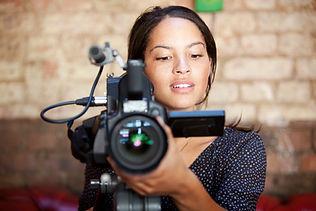 Donna con fotocamera