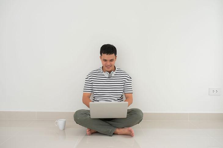 Hombre en su computadora portátil