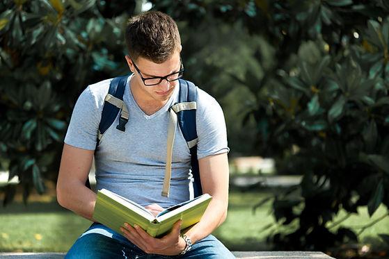 Estudiante estudiando afuera
