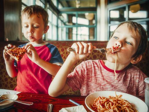 Bambini e cibo, le linee guida per gestire il momento dei pasti
