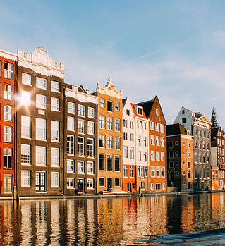 Здания, отражающие на воде