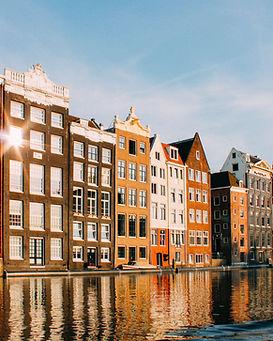 Gebäude, die über Wasser nachdenken