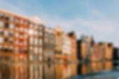 Byggnader som reflekterar över vatten
