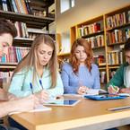 Alumnos estudiando en biblioteca  en escuela privada de coyoacán