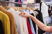 Pullover auf einem Gestell; Konfektion; Strick; Strickpullover; Cashwool; Wolle; Wollpullover; Lambswool; Harmony; Schafswolle; Schurwolle; Reine Schurwolle; Kleiderbügel; Kleider; Jacken; Hosen; Jackets; Blazer; Rock; Röcke; Anzug; Anzüge; Hemden; Unterwäsche; bügeln; waschen; 30°; 40°; 50°; 60°; Dampfbügeleisen; sexy; handsome; qualitativ hochwertig; gut; günstig; besser; schön; hübsch; Schneiderin; Schneider; Designer; designed; Kunde; Lieferant; Produzent; Vertrag; contract; gemeinsam
