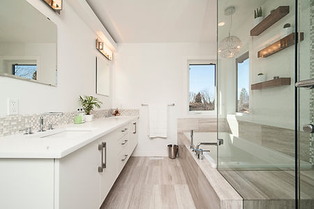 Begehbares Badezimmer