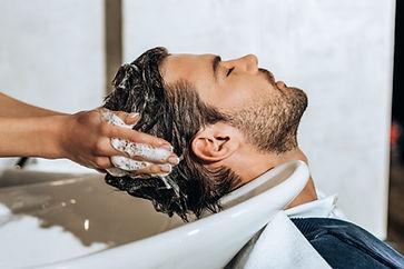 vīrietim mazgā matus