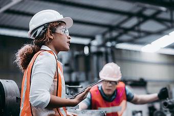 Vrouwelijke industrieel ingenieur