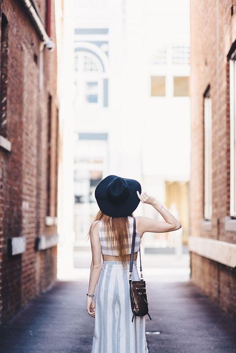 Mulher com chapeú