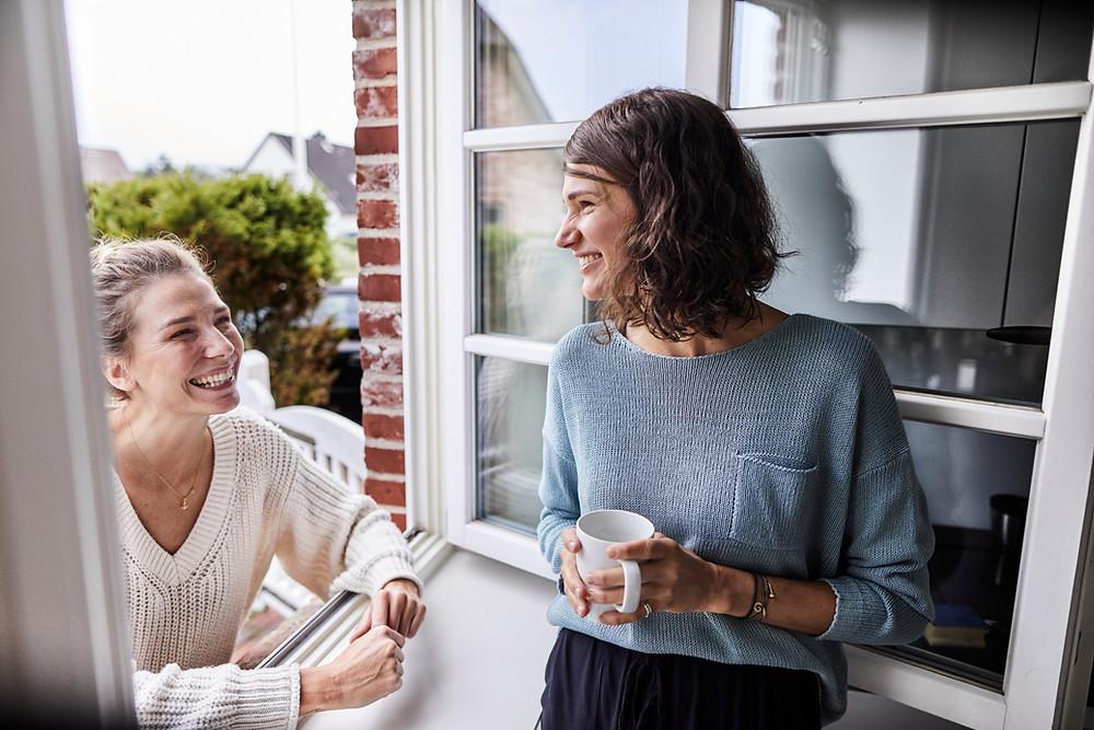 erfolgreich kommunizieren, zwei Freundinnen im Gespräch