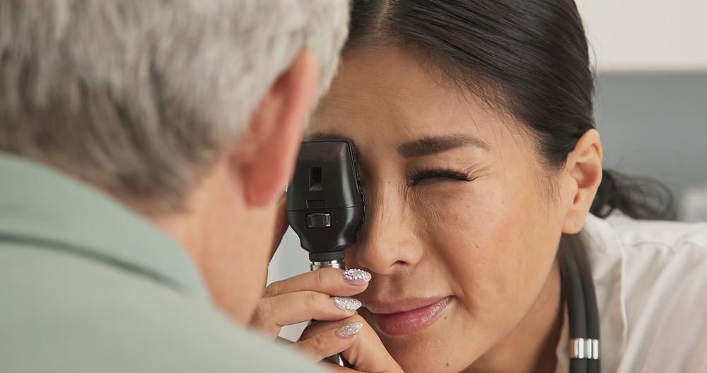 רופאה בודקת עין מטופל