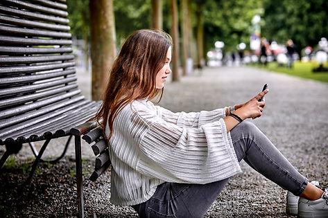 Adolescent avec téléphone portable