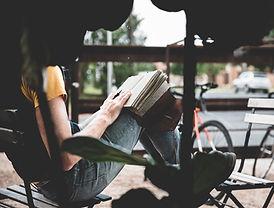 Escribiendo en su diario