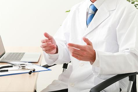 患者さんの相談をしている医者