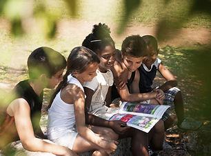 Kinderen lezen boek in Park