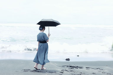 Женщина у берега