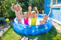 プールで幸せな子供たち