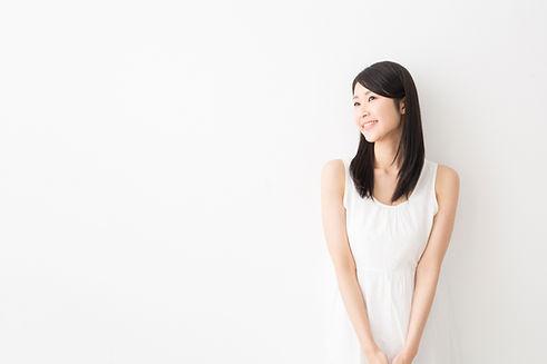 白い服の女性