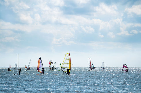 Windsurfer am Horizont